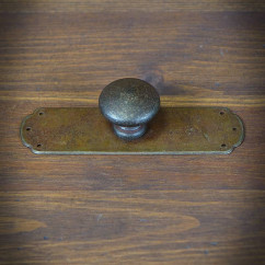 Furniture knob with plain sign