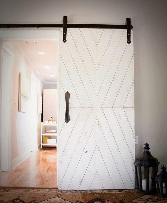 Bielone drzwi drewniane