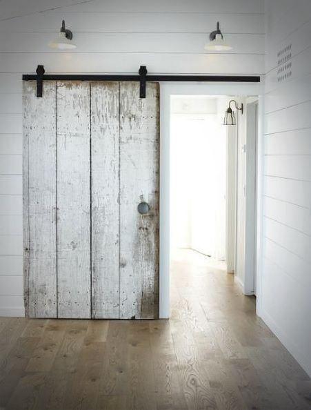 Rustykalne drzwi bielone