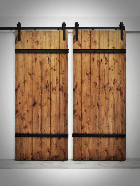 Podwójne drzwi przesuwne na rustykalnych prowadnicach